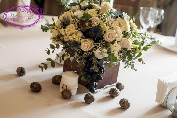 Композиция цветов с орехами и виноградом